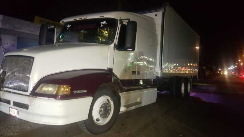Policías municipales recuperan tracto camión con reporte de robo