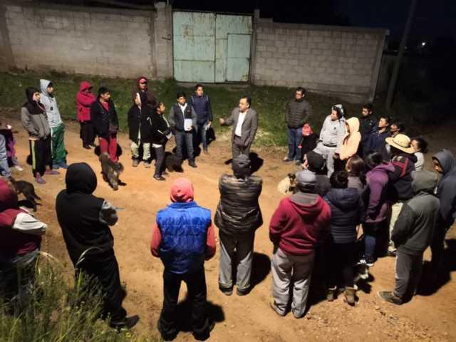 Eleazar Molina atiende a pobladores de la comunidad de Agrícola Dolores