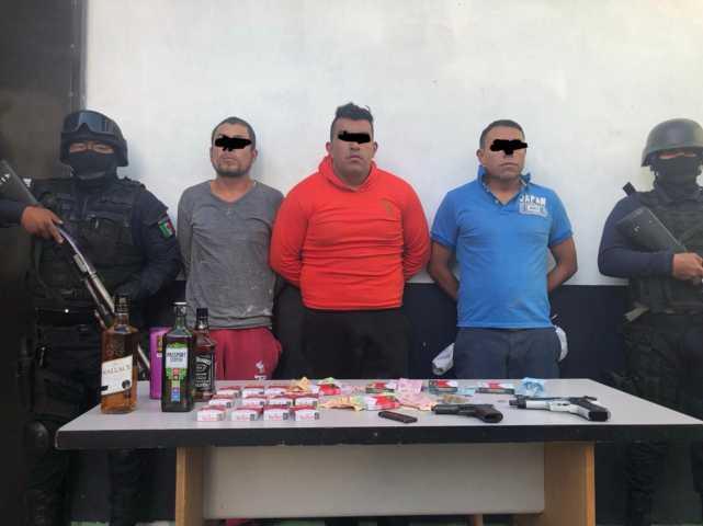 En persecución policías de Zacatelco detienen a 3 presuntos asaltantes de tienda Oxxo