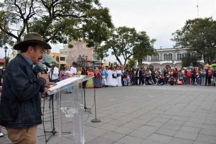 Alcalde impulsa la cultura de otros países a través del folklor