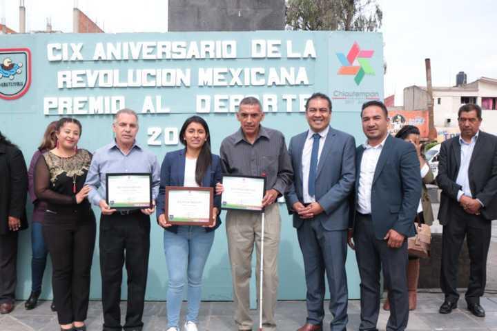 Alcalde galardona a Brenda León con premio municipal del deporte