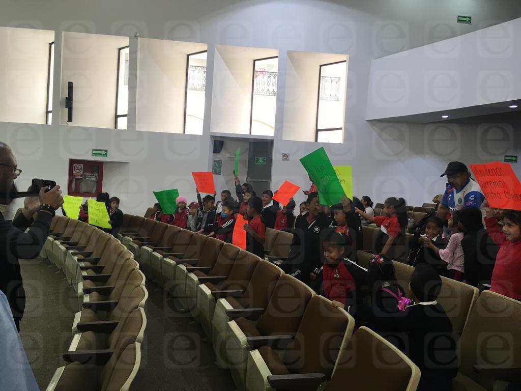 Niños de SPM protestan en el Congreso, piden la construcción de un comedor