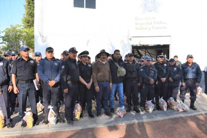 Edil entrega despensas a policias de zacatelco