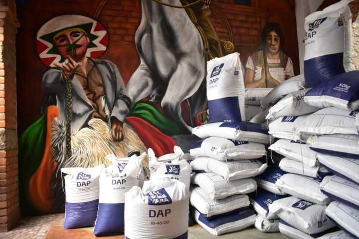 Alcalde de Zacatelco entrega fertilizante al sector agropecuario