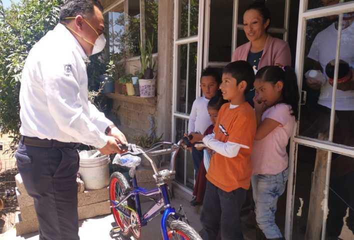 Entrega alcalde de Tetla bicicletas a ganadores de concurso del Día Del Niño