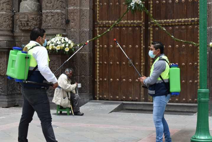 Protección civil Municipal y del estado sanitizan la Iglesia de Zacatelco