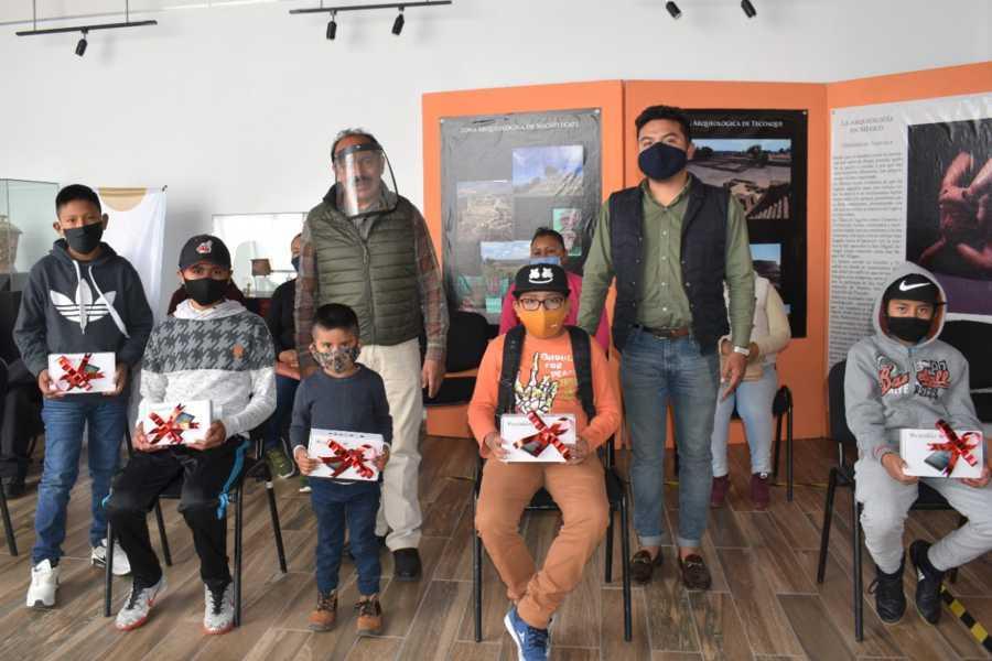 Alcalde de Zacatelco continua con apoyos a estudiantes