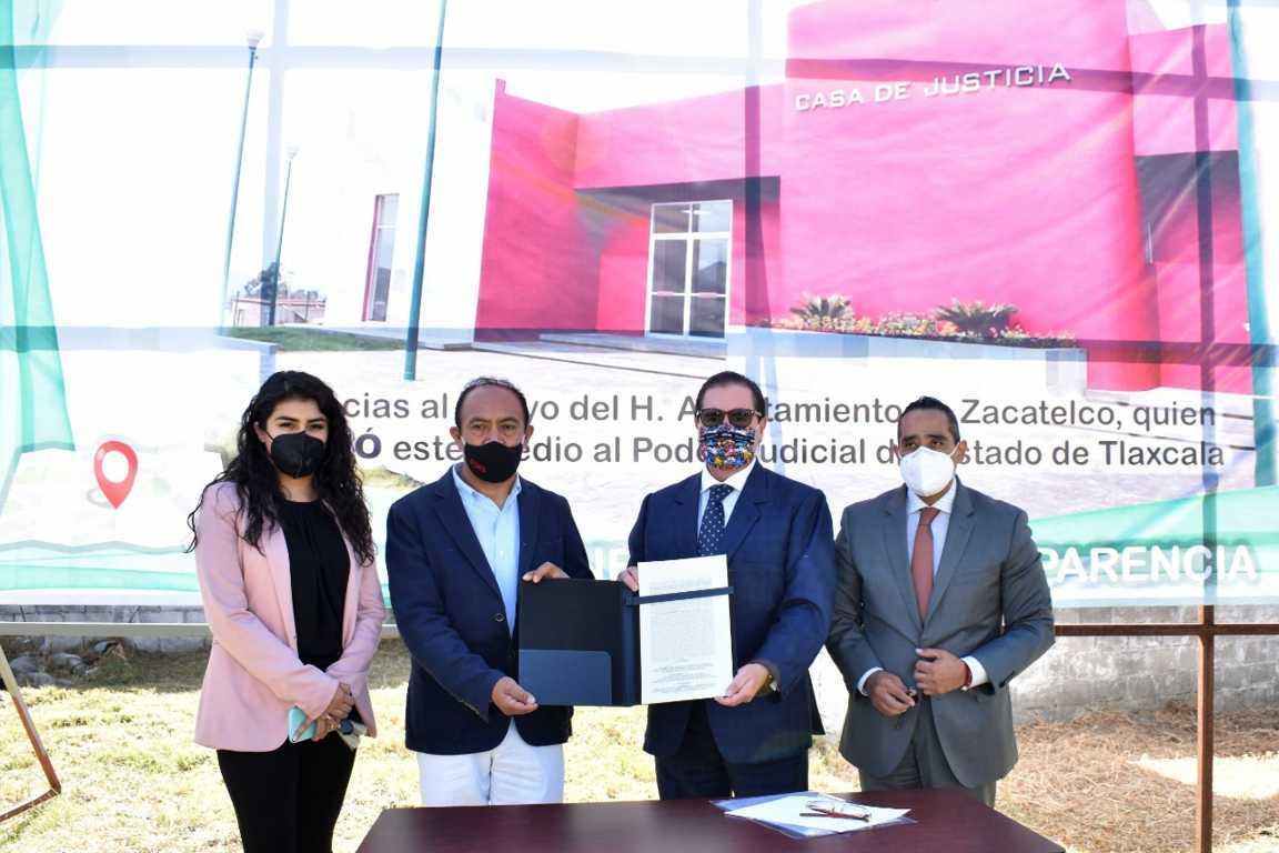Firman acta de escritura de predio donado para la casa de justicia en Zacatelco