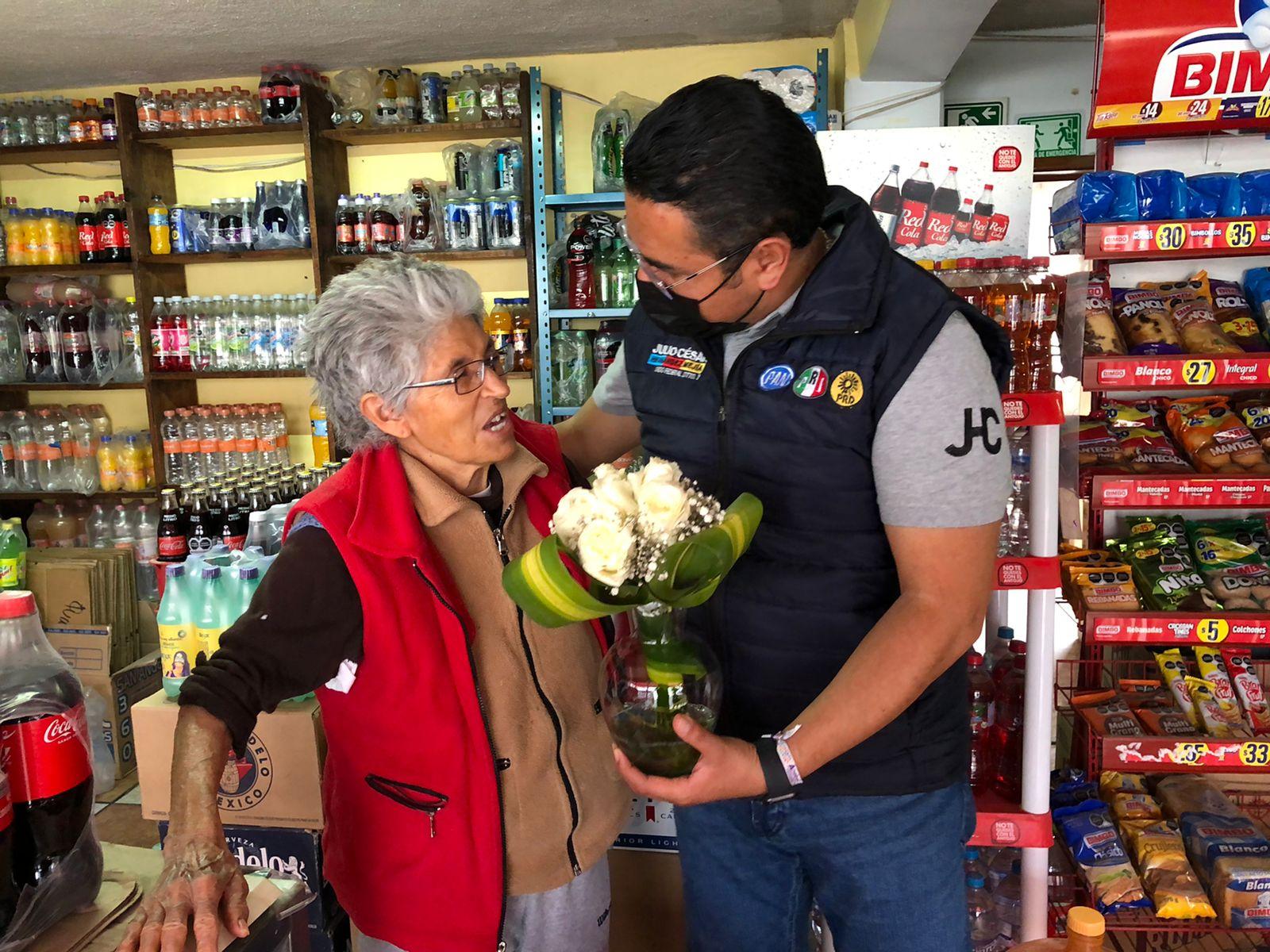 Festeja Julio César Hernández a mamás de Apizaco