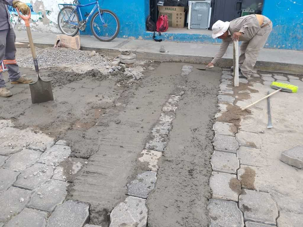 Realiza Gobierno de Xicohtzinco trabajos de bacheo reparación de topes