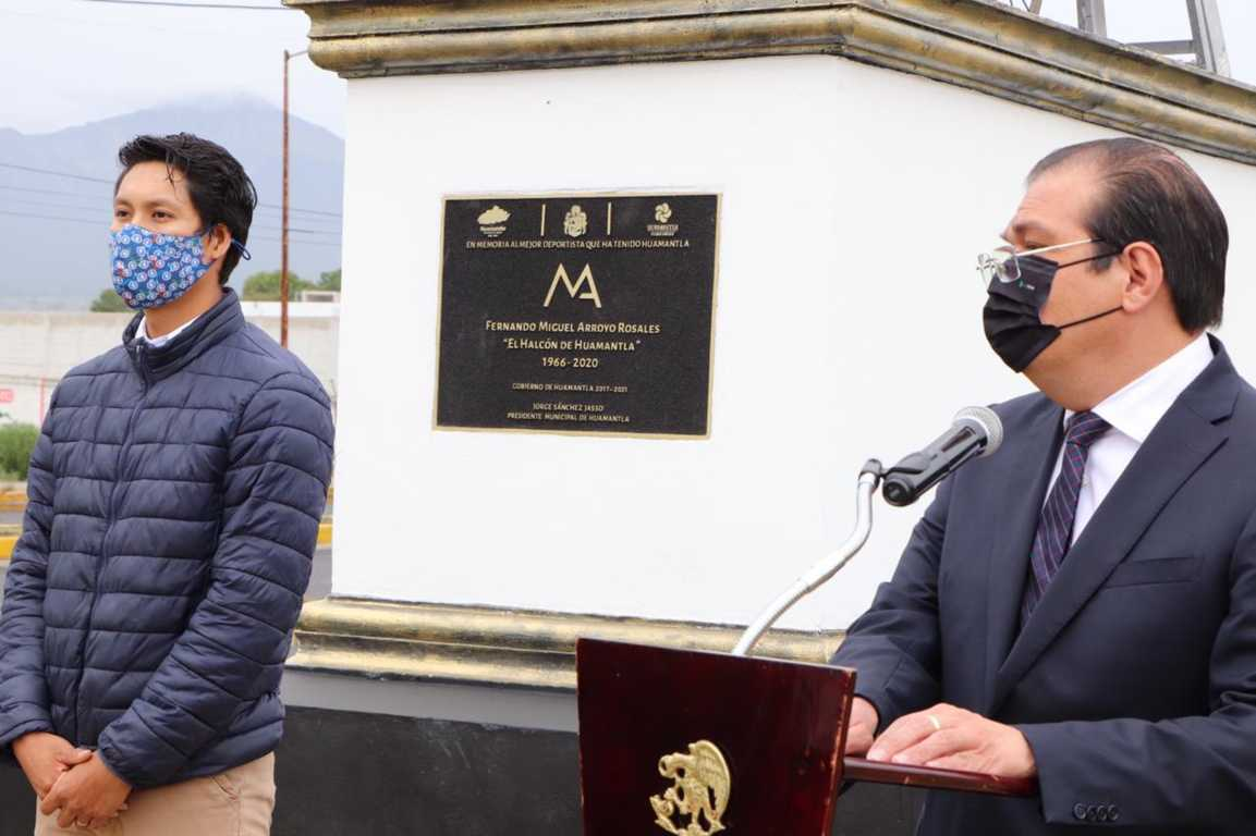 Sánchez Jasso devela estatua en honor a Miguel Arroyo Rosales