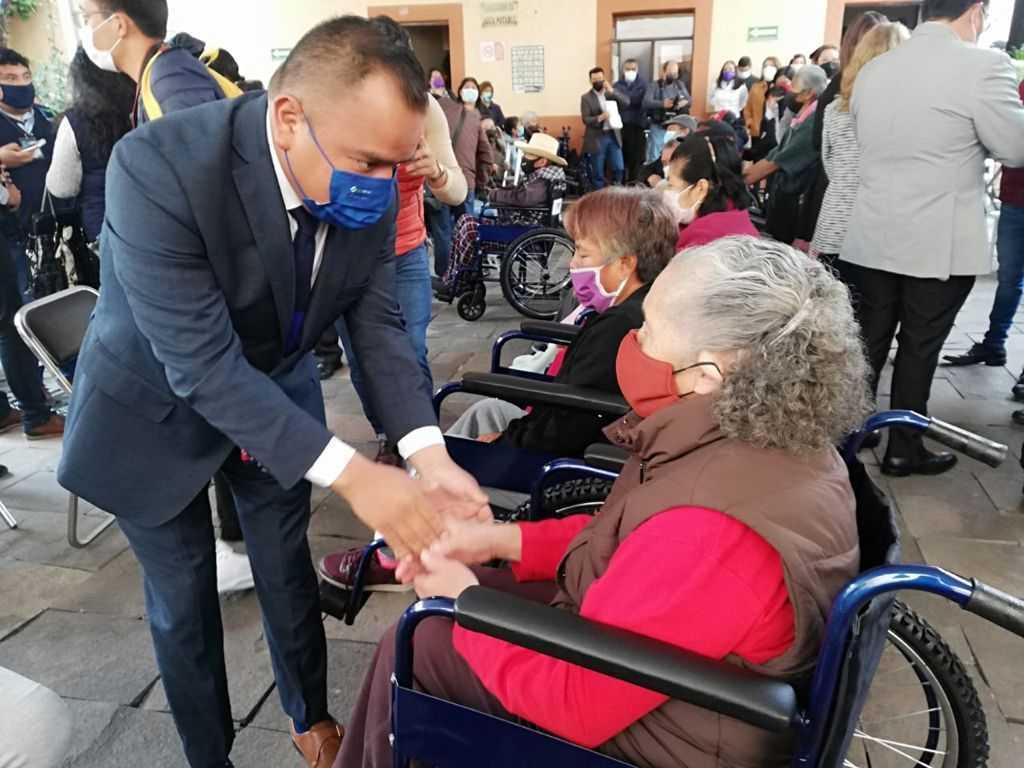 Entrega DIF Apetatitlán sillas de ruedas a personas con discapacidad y adultos mayores