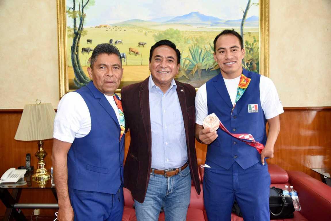 Se reúne Jorge Corichi con Leonardo de Jesús Pérez Juárez, medallista de Tokio 2021