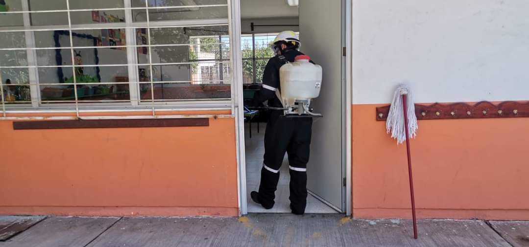 Alcalde de Teacalco aplica la sanitización en el jardín de niños del municipio