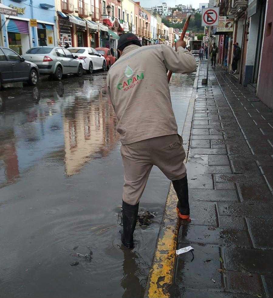Atiende Ayuntamiento de Tlaxcala obstrucción de coladeras en calles de la capital