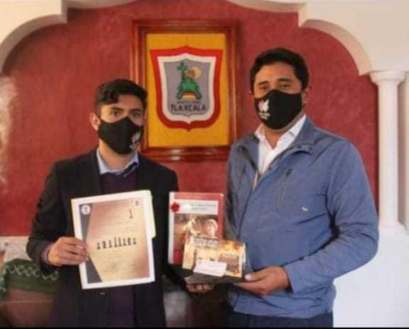 Felicita David Martínez, alcalde de Santa Cruz Tlaxcala a Isaac Madrid, destacado ajedrecista