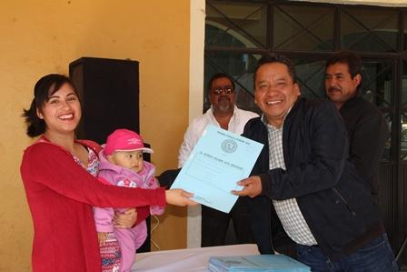 Alcalde de Xaloztoc ayuda a dar certeza jurídica a propiedades