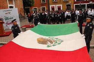 Alcalde preside Izamiento de bandera en el zócalo capitalino