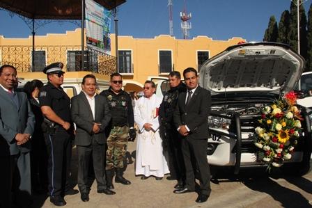 Alcalde de Xaloztoc entrega 2 patrullas y uniformes a policías municipales