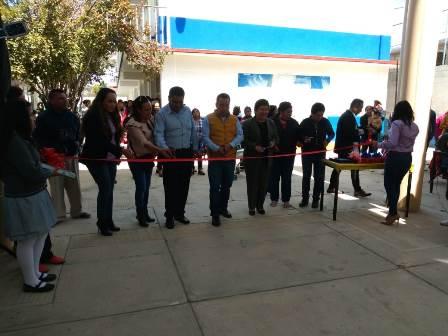 Mario López entrega techumbre en la primaria Juárez de Zacatzontetla