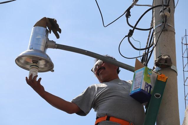 Rehabilita ayuntamiento luminarias en calles de Xicohtzinco