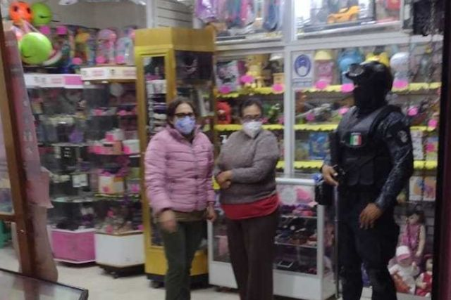 Policía de Zacatelco verifica el cierre de negocios no esenciales a la hora establecida