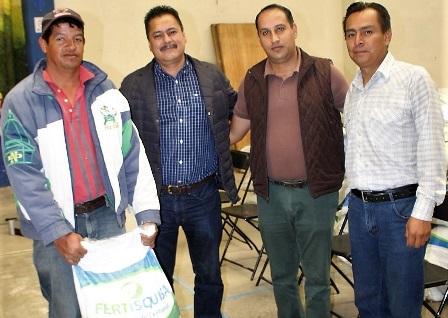 Alcalde impulsa a productores agrícolas entregando fertilizante