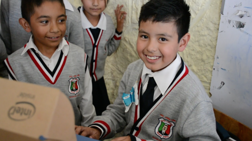 Yael primer niño beneficiado con computadora gratuita en Texoloc