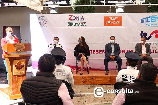 Zonia Montiel Candaneda presenta el Botón Rosa en Chiautempan